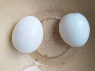双仔意面,鸡蛋煮七八分钟(这个时间煮出来的鸡蛋软而成型,时间一到,马上拿出来,要不蛋黄会老。)去鸡蛋壳。