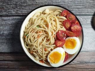 双仔意面,鸡蛋切半,小西红柿切半,平铺在面一侧。