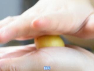芝士虾皮薄饼,取一小块,搓圆。