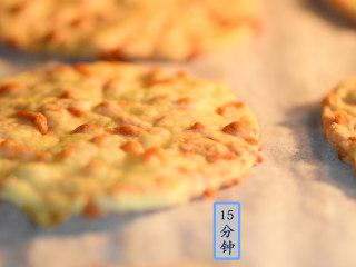 芝士虾皮薄饼,入烤箱,设置150度,15分钟。