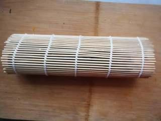 花朵寿司【蓝色系】, 对折,压实卷帘两端,中间不要用力压。(前端的米饭不要长过另一端的黄瓜,不然做好的花瓣黄瓜就不在顶端了)