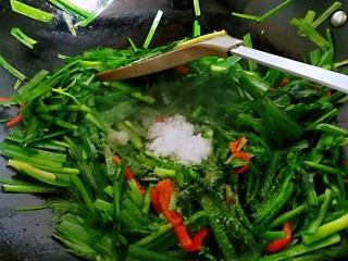 春韭炒百叶,加一点白糖和盐,翻炒均匀