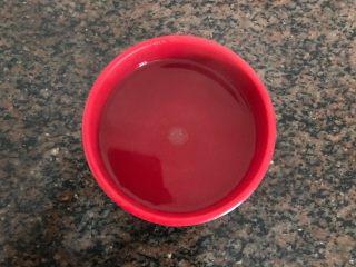 水沾炸馍片,首先准备一碗饮用水