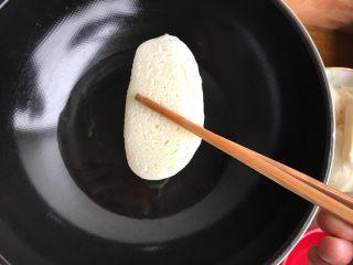 水沾炸馍片,锅内油七分热时下馍片