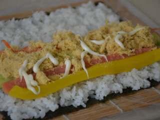 寿司,挤少量的丘比沙拉酱。