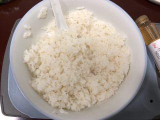 简单寿司,米饭煮好冷却至30度左右,加上适量寿司醋搅拌均匀。(醋和米饭的比例为1:10或者1:5)