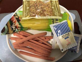 简单寿司,准备好里面的材料:萝卜,火腿肠,肉松,牛蒡丝,撒拉酱……