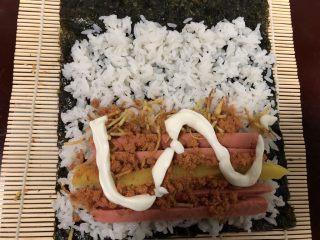 简单寿司,挤上适量沙拉酱。番茄酱也可以。