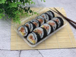 简单寿司,用寿司刀切成一段一段的,装盘就可以了!切的时候,每切一刀刀都要沾水,这样切的才会整齐好看。