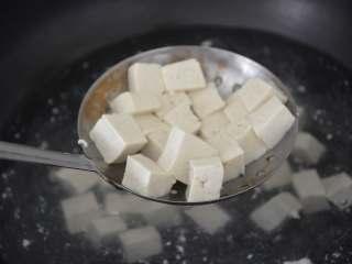 香椿拌豆腐,迅速捞出,控水。