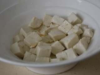 香椿拌豆腐,轻轻拌匀。