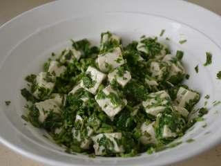 香椿拌豆腐,搅拌均匀,让香椿都能粘在豆腐上面即可。