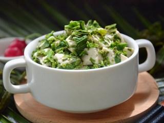 香椿拌豆腐,装盘。