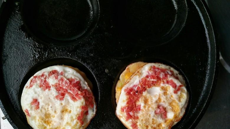 什锦蛋黄堡,将两面都煎定形的鸡蛋放在已经成型的面糊上。