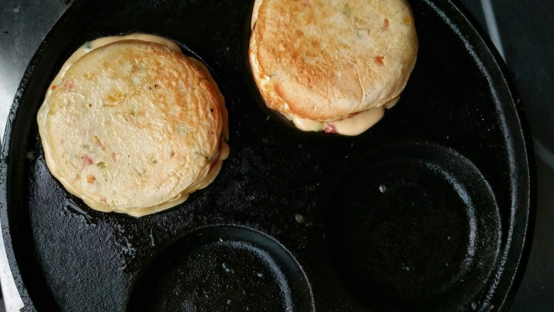 什锦蛋黄堡,在面糊未凝固之前将鸡蛋和另外半片蛋黄堡放在面糊上。