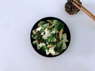 藿香叶炒年糕,健康美味两不误,放年糕翻炒,加适量的清水,加入香菇,其间翻炒几下,加藿香叶放盐水干出锅。
