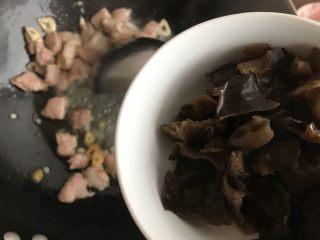 娃娃菜黑木耳油豆腐烧肉,下黑木耳