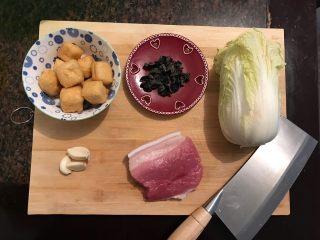 娃娃菜黑木耳油豆腐烧肉,首先我们准备好所有食材