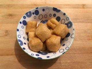 娃娃菜黑木耳油豆腐烧肉,油豆腐稍微冲洗一下,备用