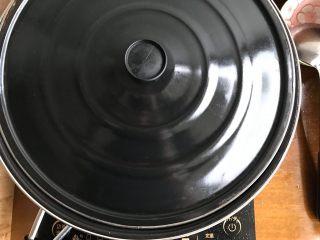 娃娃菜黑木耳油豆腐烧肉,盖上锅盖,转中火,煮5分钟