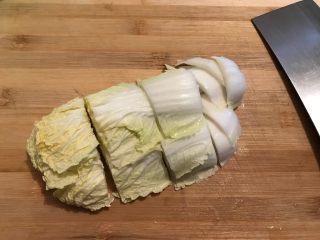 娃娃菜黑木耳油豆腐烧肉,娃娃菜洗净,如图所示,切成大块