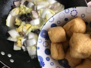 娃娃菜黑木耳油豆腐烧肉,加入油豆腐