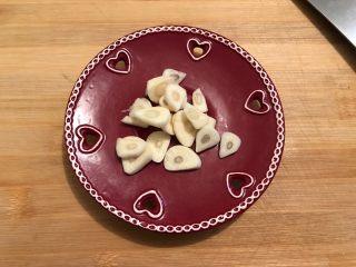 娃娃菜黑木耳油豆腐烧肉,大蒜去皮洗净,如图所示,切成薄片,备用