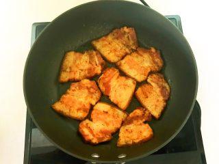 苦菊卷黑椒腊肉,煎至底面面色就翻面