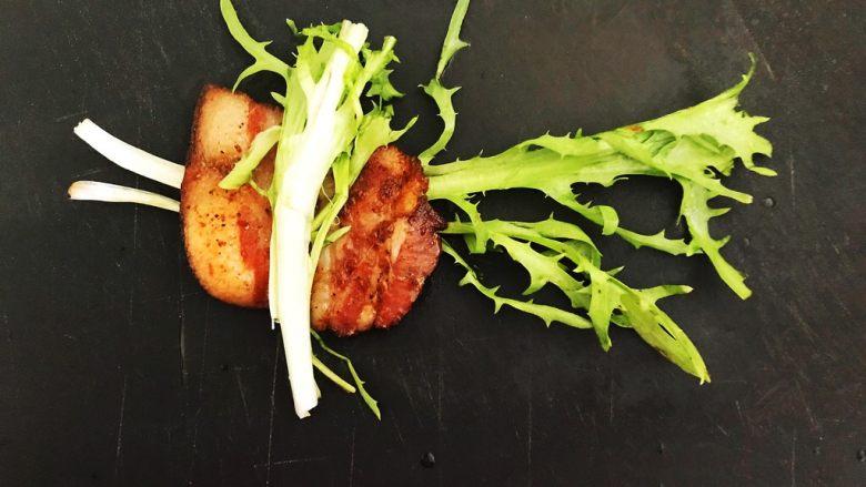 苦菊卷黑椒腊肉,在腊肉上再放1根苦菊