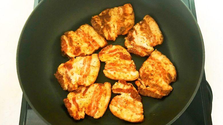 苦菊卷黑椒腊肉,炒锅烧热后放入腌制好的腊肉,小火煎制