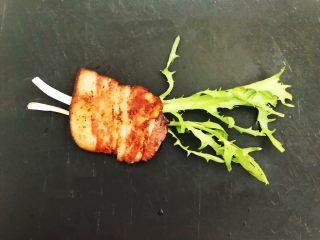 苦菊卷黑椒腊肉,取2根苦菊,放上1片煎好的腊肉