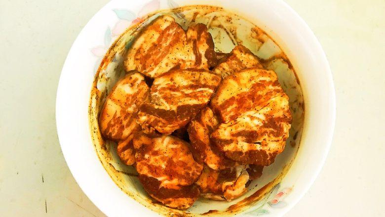 苦菊卷黑椒腊肉,充分调匀