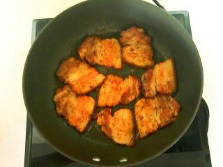 苦菊卷黑椒腊肉,煎至两面微红,白肉部分透明就熟了