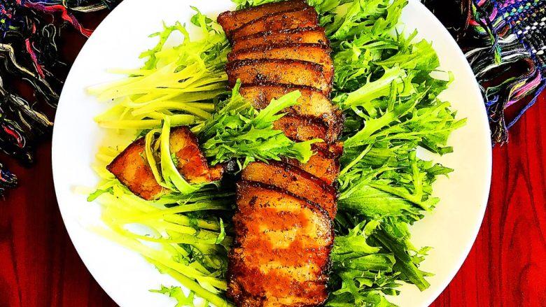 苦菊卷黑椒腊肉,这道苦菊卷黑椒腊肉,有菜有肉,不油不腻,特别适合春天食用~