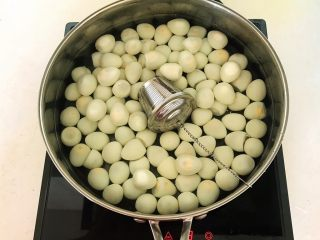 秘制茶香鹌鹑蛋,放入装有普洱茶的调料盒