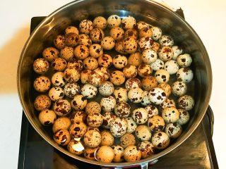 秘制茶香鹌鹑蛋,锅里加入冷水,放入鹌鹑蛋,大火烧开后小火煮1分钟