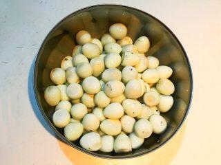 秘制茶香鹌鹑蛋,鹌鹑蛋剥皮