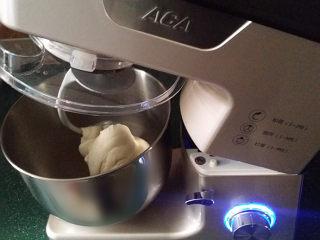 酸菜猪肉饺子,面粉加适量清水和成絮絮状、用厨师机揉成光滑面团后饧发30分钟左右