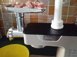 酸菜猪肉饺子,将猪肉洗净切大块、放入厨师机绞成肉泥