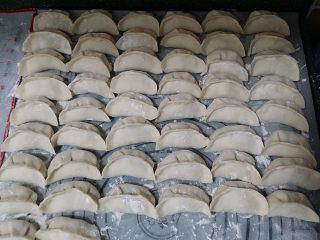 酸菜猪肉饺子,待饺子包的差不多时,就可以起锅烧水煮饺子了