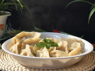 酸菜猪肉饺子,盛入盘中,喜欢吃辣的也可以调些蒜泥辣酱