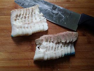 #菌类料理# 麻辣茶树菇干锅,取出放凉、然后切厚度适中的肉片,想要肉片切的整齐漂亮:可将煮好肉块放冰箱冷冻一会儿、取出再切片就轻松了
