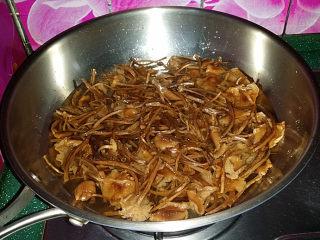 #菌类料理# 麻辣茶树菇干锅,有些泥沙需多洗几遍、干净后放入冷水锅中、煮开转小火慢炖40分钟左右、取一根尝尝看能嚼动才行,不烂再多煮一会儿
