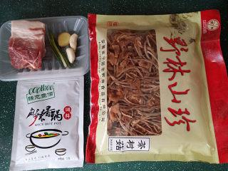 #菌类料理# 麻辣茶树菇干锅,备好猪肉、茶树菇和调料包(香菜忘拍了)