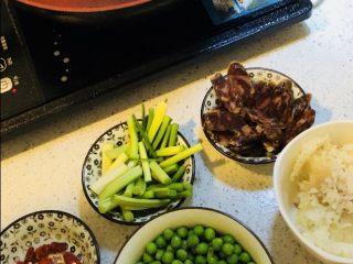 家乡腊肠豌豆饭🍚🥢,云南大理弥渡的香肠有个讲究,就是不放麻辣,却喜欢撒入食盐、草果粉,和50度以上的米酿烈酒。最独特的是,额外还要添加一味红曲米。不仅颜色更粉嫩艳绝,还散发着一股甘甜清香,口感也会愈发嚼劲中略带糯柔…晾晒的时候,光是从旁边走过,闻着味就能联想到一桌美味佳肴。