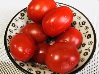 家乡腊肠豌豆饭🍚🥢,其实啊,适量的猪油本身也会让菜蔬味道变好很多。再说了,大不了和我一样,吃完焖饭再来盘儿圣女果解解腻呗~