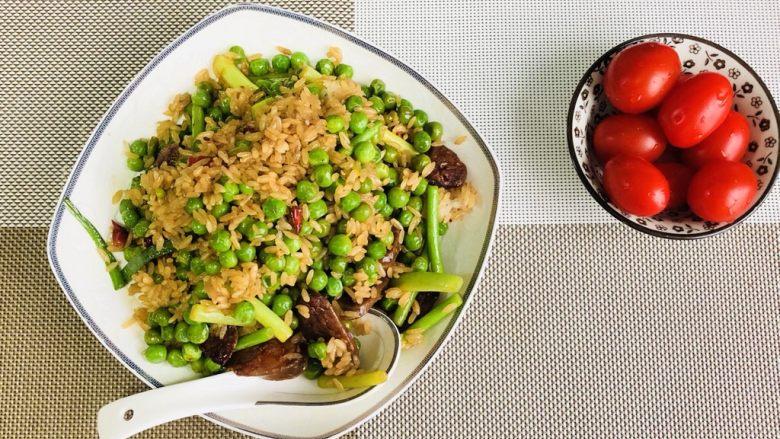 家乡腊肠豌豆饭🍚🥢,恰逢周末,偷得浮生半日。单身狗又怎样?一个人也要好好吃饭喔!~