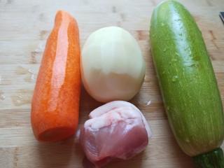 花样四喜蒸饺,猪肉100克,胡萝卜去皮,土豆去皮,西葫芦洗干净。