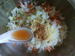花样四喜蒸饺,加入1勺香油。