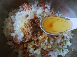 花样四喜蒸饺,加入一勺橄榄油。